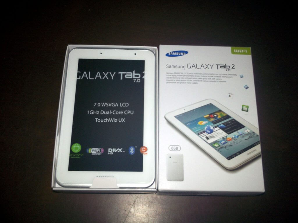 Penutup boks kemasan Samsung Galaxy Tab 2 7.0 Wifi Only dibuka.