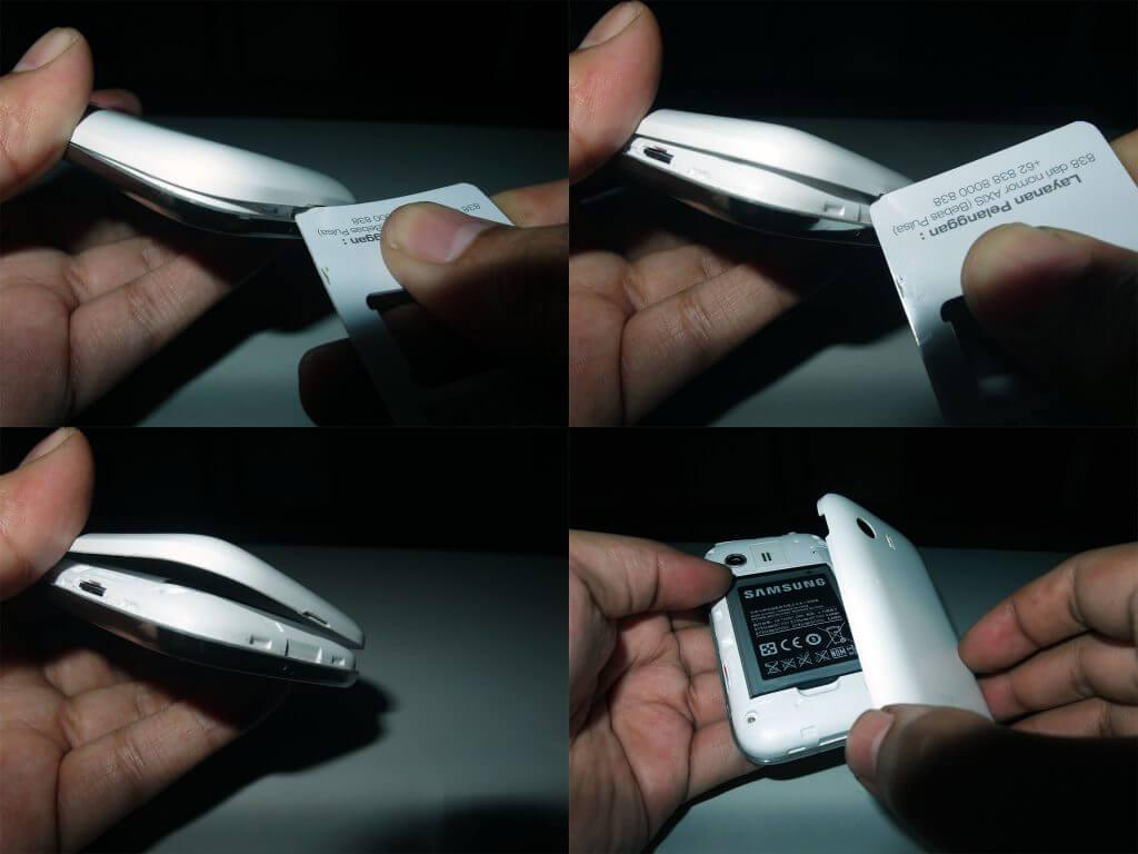 Congkel lekukan di bagian bawah casing belakang smartphone dengan plastik.