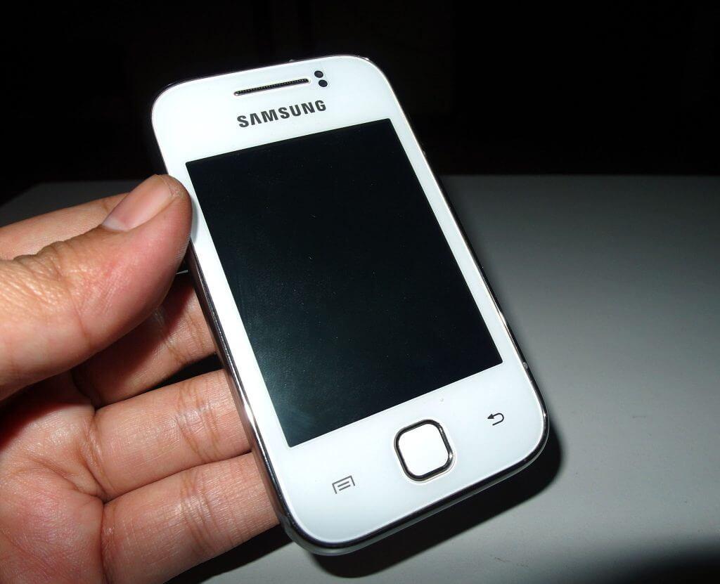 Pemasangan casing belakang pada Samsung Galaxy Young selesai
