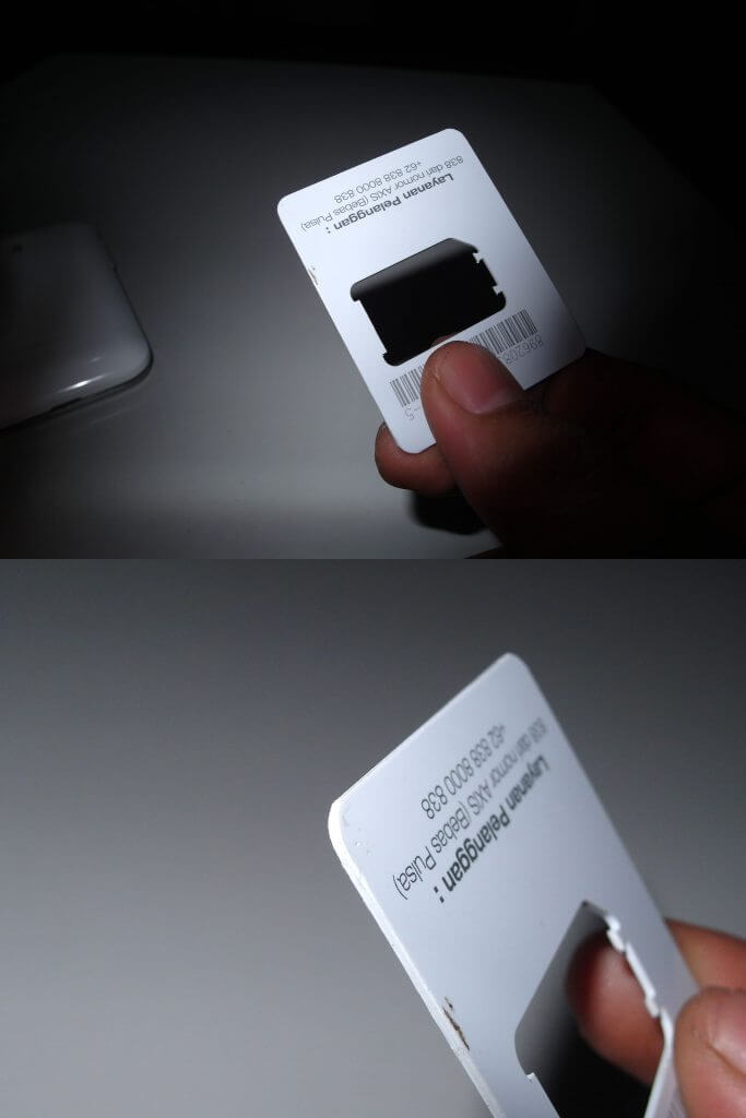 Sisa potongan kartu SIM perdana untuk membantu membuka casing smartphone.